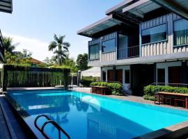 Hotel photo: Kluang Container Swimming Pool Hotel