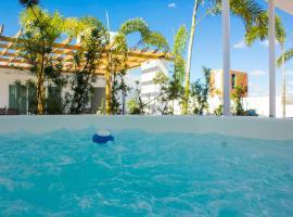 Fotos de Hotel: Luxury in Bella Vista with roof top Jacuzzi area!