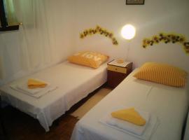 Hotel photo: Twin Room Stari Grad 14888c
