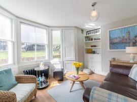 A picture of the hotel: NEW Charming 2BD Basement Flat Heart of Battersea