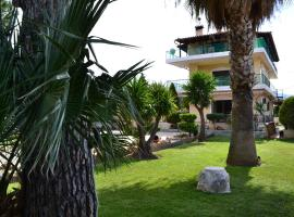 A picture of the hotel: Unwind in a Spacious flat with Gardens near Beach