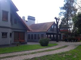 A picture of the hotel: Casa Quinta en Zona Oeste