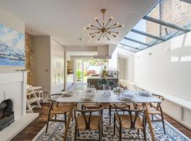 Foto di Hotel: Lavish Nordic Styled Fulham Home by the Thames