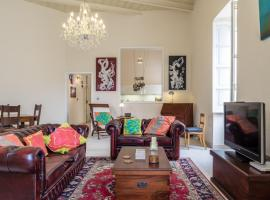 Foto di Hotel: Chic Vintage Apartment with Modern Amenities