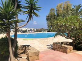 Hotel photo: Modern, pool-side 2 bedroomed apartment