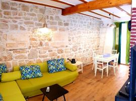 Hotel photo: Traditional Suite with Green Patio in Vis town