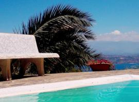 Foto di Hotel: IOLE's Villa with swimming pool