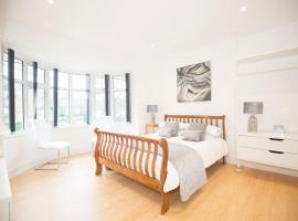 A picture of the hotel: Orchard House-Luxury house with hot tub sleeps 12