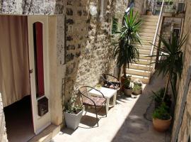 Hotel photo: Street garden apartment