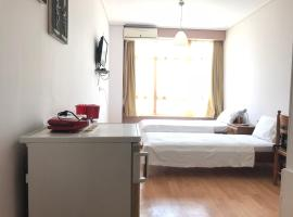 A picture of the hotel: Holodek Apartments : Akadimia