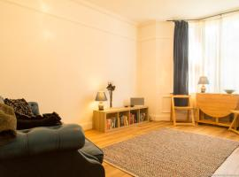 A picture of the hotel: Bright and Spacious 1 Bedroom flat with Garden