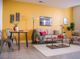 Hotel photo: ECLECTIC DOWNTOWN STUDIO W/ SKYLINE VIEWS