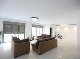 होटल की एक तस्वीर: A 6 bedroom apartment in the prestigious Mishkenot Ha'uma project in Jerusalem.
