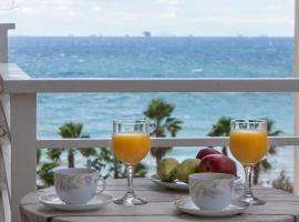 Foto di Hotel: 4th Floor Remodeled condominium with Sea and Beachfront Views