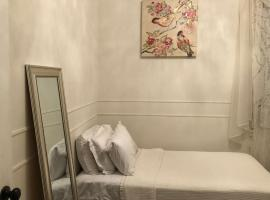 Hotel Foto: One cozy twin room in a 3 bedrooms 1 bathroom house, 10 mins to Times Square.