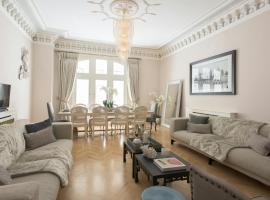 Hotel photo: The Luxe Whitehall Duplex Apartment