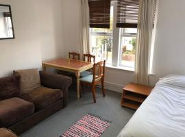 A picture of the hotel: Parkside Upstairs Flat, 15-min walk to City Centre