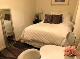 Hotel Foto: 1 Queen Room in a 3 bedrooms 1 bathroom house- 10 mins to Times Square