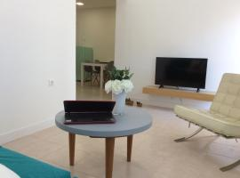 Hotel photo: city center sunny and airy apartment
