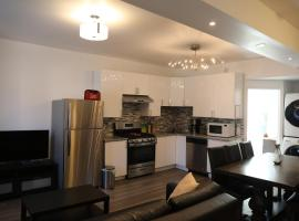 होटल की एक तस्वीर: Comfortable 3 bedrooms + 2 bathrooms renovated house in central Ottawa