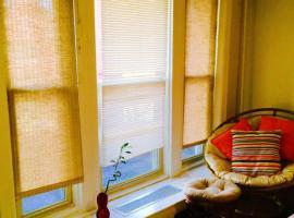 Hotel fotografie: BROWNSTONE CLARK Historic Studio Apartments
