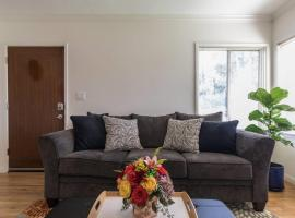 Hotel photo: Cozy Cottage - Full Kitchen & At-Home Comfort