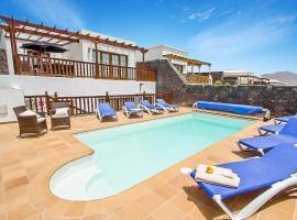 Hotel photo: Playa Blanca Villa Sleeps 8 Pool Air Con WiFi