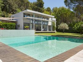 Hotel photo: Cadenet Villa Sleeps 8 Pool Air Con WiFi