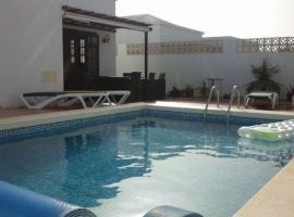 Hotel Photo: Costa Teguise Apartment Sleeps 6 Pool WiFi