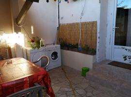 Fotos de Hotel: Petit Studio 13 m2 avec terrasse 15 mn centre Nimes