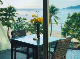 Hotel photo: Beachfront 2-bedroom condo with panoramic seaview
