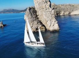 Foto do Hotel: RESTLESS SPIRIT Sail & Stay. 26m sailing yacht with crew & chef on board