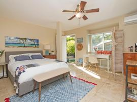A picture of the hotel: MODERN KAHALA COTTAGE - PRIVATE YARD/WALK TO THE BEACH