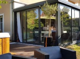 A picture of the hotel: Appartement contemporain jardin & jacuzzi