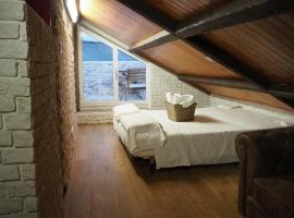 Hotel Foto: Tiny and cute apartment in the roof touching border