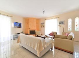 酒店照片: Family apartment at Glyfada close to the beach.