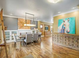 A picture of the hotel: Stunning Cheesman/Cap Hill Home Sleeps 10!