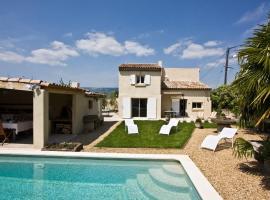 Hotel photo: Charleval Villa Sleeps 8 Pool