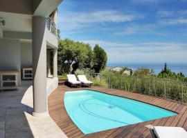 Hotel photo: Camps Bay Villa Sleeps 18 WiFi