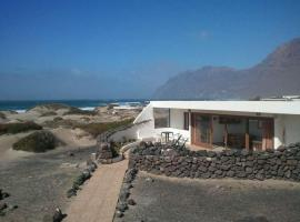 Hotel Photo: Famara Apartment Sleeps 6 WiFi