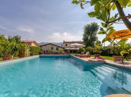 होटल की एक तस्वीर: Massarosa Villa Sleeps 6 Pool