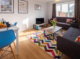 Gambaran Hotel: May Tree View - 3 Bedroom House in Hove with Private Parking, Garden & Sea View