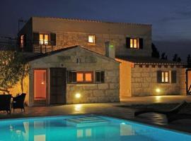 Hotel Photo: Muro Villa Sleeps 6 Pool Air Con WiFi