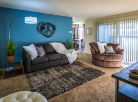A picture of the hotel: Bungalow Zen | 2BD/2Full BA | Cal-King | Entire Apt