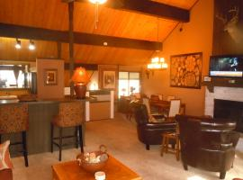 Hotel Photo: Two-Bedroom plus Den Deluxe Unit #124 by Escape For All Seasons