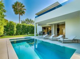 Hotel photo: Modern villa with pool