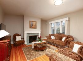 A picture of the hotel: Central Shaughnessy Cozy Heritage House