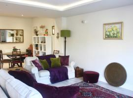 Hotel photo: Bright and Spacious Garden Apartment by the Sea