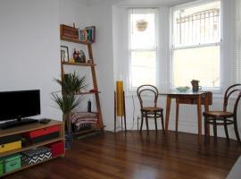 Фотография гостиницы: Gladstone Place One-Bedroom Lower-Ground Flat