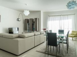 Hotel photo: Luxury Apartment with Open Valley Views Near Seafront